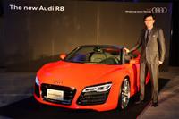 最新型の「アウディR8」(写真はオープンモデルの「スパイダー」)と、アウディジャパン社長の大喜多寛氏。