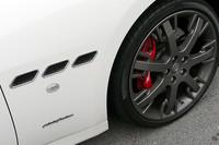 「S」には、6ピストンフロントブレーキキャリパーが標準装備される。カラーはレッドが標準で、ブラック、シルバー、ブルー、イエロー、チタンをオプションで用意。また、20インチホイールもオリジナル。テスト車には、オプションのグリジオマーキュリーという濃いグレーのホイールが装着されていた。(写真=webCG)