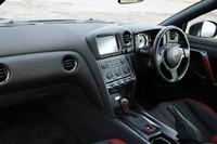 黒×赤ツートンカラーのRECARO製シートが与えられる「ブラックエディション」のインテリア。2010年10月の手入れで、ナビ周りのステッチが変更。センタークラスターフィニッシャーもカーボン製になった。