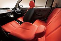 ボディ色「モカブロンズ・パールメタリック」に組み合わされるシート表皮:レッド。
