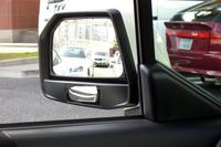 ドアミラーの下に、車体側面下を確認するためのプリズムアンダーミラーを採用。左前輪付近が映ってます。