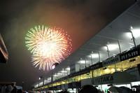 恒例の花火が、レース後の鈴鹿に彩りを添えた。
