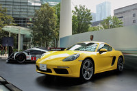 「ポルシェ718ケイマン」(手前)と、ルマン24時間レースなどで活躍するレーシングカーの「919ハイブリッド」。