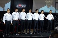 写真一番右はGAZOO Racing Companyプレジデントの友山茂樹氏。その左から、土屋選手、松井選手、蒲生選手、中井選手、関谷氏、緒方氏の順。