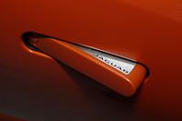 走行時はドアパネルに内蔵されるドアハンドル。ボディーサイドをフラッシュサーフェス化することで、空力性能を高める。
