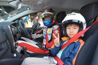 神奈川県の市原拓真くん(小学校4年生)は同乗走行体験を終えると、「けっこう普通だったよ。でも、横転しそうだった(笑)」