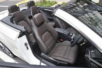 標準仕様のシートはファブリックと合成皮革のコンビタイプ。写真の本革シートは前席シートヒーター付きで、26万円のオプション装備だ。