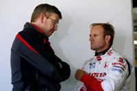 ルーベンス・バリケロ(右)と話すロス・ブラウン。名将を迎え入れたことは英断だったが、チーム建て直しには時間がかかるだろう。(写真=Honda)