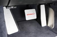 MC(マセラティ コルサ)のロゴが入るアルミペダルはオプション装備。価格は7万4000円。