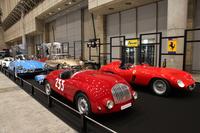 前列左は「フィアット・シアタスポーツMM」、前列右は「フェラーリ750モンザ」、その後ろは2台のアンリ・シャプロン(フランスのカロシェ=カロッツェリア)が製作した「シトロエンDS」のスペシャルといった具合に、超希少車ばかりそろえたClassic Car.jp。