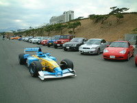国産車、輸入車の各インポーター様に「代表するスポーツカー」「ライフスタイルカー」をそれぞれ1台づつ集めてもらう。総勢62台! ほとんど年末のカー・オブ・ザ・イヤー試乗会状態やねん