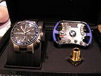 ORISの「TT1ウィリアムズF1リミテッドエディション」を購入すると、ステアリングホイールの模型と、F1の本物パーツのなにか(たとえば油圧計のプラグとか)が付いてくる。19万8000円。2003年6月に発売予定。気になる人はユーロパッション(03-5295-0411)まで。