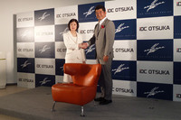大塚家具の大塚久美子社長(左)と奥山氏。
