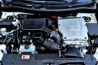 2リッター直4エンジンに2基の駆動用モーターを組み合わせたPHEVパワーユニットの出力とトルクは従来型と同じ。ただしハイブリッド燃料消費率(JC08モード)が18.6km/リッターから20.0km/リッター(Gプレミアムパッケージ)に改善されている。