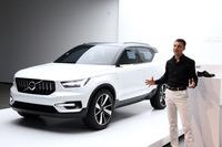 ボルボのコンセプトカー「40.1」とデザイン担当上級副社長のトーマス・インゲンラート氏。