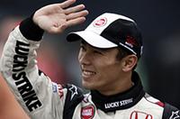 3位でゴールしたチームメイトのバトン同様、今シーズン初ポイントに喜ぶBARホンダの佐藤琢磨。予選6位、決勝ではウィリアムズBMWのマーク・ウェバーを抜くなどし、5位完走を果たした。「レースの序盤では、遅いマシンに行く手を阻まれてしまいましたが、ポジションを維持するため、サイドバイサイドのレースを楽しむことができました」とコメント。(写真=本田技研工業)