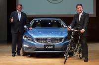 2014年モデルの「ボルボV60」と、ボルボ・カー・ジャパン代表取締役社長のアラン・デッセルス氏(右)、ボルボ・カー・コーポレーション シニアセーフティーマネージャーのヤン・イバーソン氏(左)。