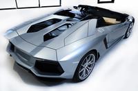 独特のエンジンフードの形状は、デザイン性を追求しただけでなく、エンジンの冷却や雨水の排水にも効果を発揮する。