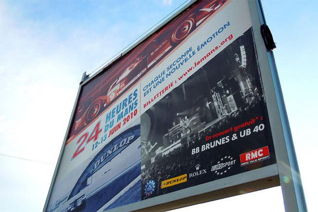 2010年はモノトーン風な仕上がりとなった、ルマン24時間耐久レースの大会公式ポスター。例年は、原色豊かというか、ちょっとベタなデザインが定番だったけれど……? レース期間中は、イギリスのバンド『UB40』と、ポップなロックバンドとして人気のある地元フランスの『BB Brunes(ベー・ベー・ブリュン)』の無料ライブも行われた。