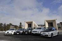 現在FCAが擁する、5ブランドのクルマたち。写真左から、「アルファ・ロメオ・ジュリエッタ クアドリフォリオ ヴェルデ」「クライスラー300 SRT8+」、今回の主役「フィアット・パンダ4×4」をはさんで、「ジープ・チェロキー」「アバルト595Cツーリズモ」。