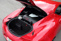 ミドシップ搭載される、吸排気バルブタイミング機構付き1.7リッター直4直噴ターボエンジン。240psの最高出力と35.7kgmの最大トルクを発生する。