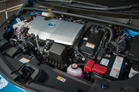 ハイブリッドシステムは、基本的に「プリウス」と同じものを採用。1.8リッター直4エンジンにモーターが組み合わされる。