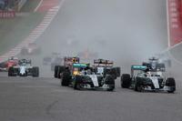 スタート直後、サーキット・オブ・ジ・アメリカズの特徴的なターン1でトップを奪ったハミルトン(写真手前右)。その横を走るポールシッターのロズベルグはターン進入でハミルトンと接触、はじき出されるようにコースを外れ、5位まで後退した。(Photo=Mercedes)