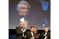 昨年、オール・ルノーとしてF1のコンストラクターズ・タイトルを初めて獲得したルノー・スポール。シーズン前のテストで忙しい合間を縫ってフラビオ・ブリアトーレ代表が受賞式に出席した。