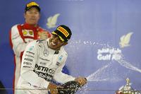 バーレーンGPを制したメルセデスのルイス・ハミルトン(写真手前)と、2位でゴールしたフェラーリのキミ・ライコネン(同後ろ)。(Photo=Mercedes)