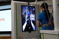 正面のスクリーンには、リハビリ中の患者の姿を映し出すことができる。写真の正面映像のほかに、後ろからの映像や、足元のみの映像を映すこともできる。