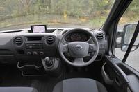 「日産NV400」はルノーの大型商用ワゴン「マスター」の兄弟車として2010年に発表された。欧州市場ではFFとFRがあり、全長は前者で3種、後者で2種用意されるなど、幅広い品ぞろえを誇る。試乗車は英国仕様のため、右ハンドルとなる。