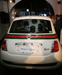 テールゲートとBピラーには「Gucci」ロゴがあしらわれる。