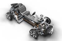 ドライブモジュールを見る。フロントにモーター、センタートンネルにリチウムイオンバッテリー(総電力量7.1kWh)、リアに1.5リッター直3エンジンを搭載している。