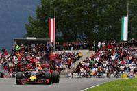 レッドブルの地元で面目躍如、自身2度目の表彰台をつかんだフェルスタッペン。初優勝した5月のスペインGP同様に後方にライコネンを従え2位。(Photo=Red Bull Racing)