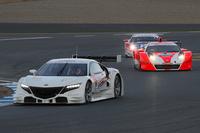 「NSX GT」と「HSV-010 GT」を従えてロードコースを走る2014年のSUPER GTマシン「NSXコンセプトGT」。ドライバーは伊沢拓也選手。