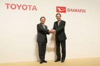 写真は2016年1月29日、トヨタ自動車とダイハツ工業が「株式交換によるダイハツの完全子会社化」についての合意を発表した際のもの。左はトヨタ自動車の豊田章男社長で、右はダイハツ工業の三井正則社長。