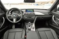 インストゥルメントパネルはセダンなどと共通。前席のシートポジションが59mm高くなっているために、ドライバーのアイポイントもそれに応じて高まる。