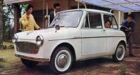 1962年「スズライトフロンテ360(TLA)」。くしくも「ミニ」と同じ59年に誕生した商用バンの「スズライトTL」をベースにした軽乗用車。前輪を駆動する空冷2ストローク2気筒360ccエンジンは21psを発生。ホイール/タイヤは他社の軽がみな10インチだったのに対して12インチだった。