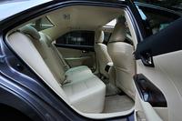 後席は右側が可倒式となっており、長尺物を積載することができる。
