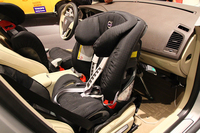 ボルボ・セーフティーセンターの展示エリアにて、助手席に装着されたチャイルドシート。