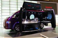 「ハイエース・サウンド・サテライト」。DJブースと大型ディスプレイを装備した、イベント用の多機能モデル。見た目はともかく、「不夜城」とは用途が違う。乗車定員は2名。