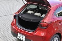 車外騒音の抑制を目的として、1.3リッターガソリン車にはトノカバーが採用された。また遮音性能が強化されたフロントウインドシールドが装着された。