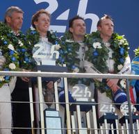 写真右から、優勝したNo.2 ポルシェ919 ハイブリッドのドライバーであるT.ベルンハルト、E.バンバー、B.ハートレー。左端は、ポルシェのF.エンジンガー副社長。(photo=Motoko Shimamura)
