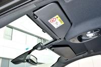 頭上まで伸びるパノラミックフロントウィンドウ。運転席、助手席ともサンバイザーは可動式。