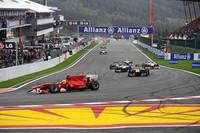 フェラーリはフェリッペ・マッサ(写真前)が地味なレースで4位入賞。フェルナンド・アロンソは、オープニングラップで追突され、マシン修復後に周回を重ねたが濡れた路面でスピンをきっしリタイア。タイトル争いで大きな差をつけられてしまった。(写真=Ferrari)