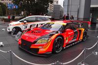 発表会の会場となった本田技研工業本社前にも、レーシングカーが並べられた。写真手前は、SUPER GT(GT300クラス)の「CR-Z GT」。