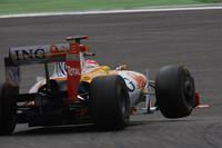 フェラーリへの移籍が噂されるフェルナンド・アロンソ(写真)。予選Q2でスピンをきっし12番グリッドからスタートするが出だしで躓き、1ストッパーで重いグロックの後方でくすぶる周回が続いた。後半、前方にクリーンエアが広がると瞬く間に覚醒し、レースの最速タイムを記録して7位でゴールした。ネルソン・ピケJr.は予選でアロンソを上回るグリッドを得るもオープニングラップで失敗し、13位完走。(写真=Renault)