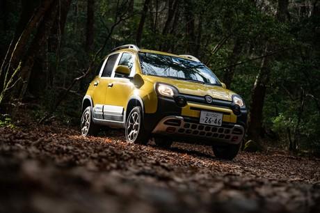 「フィアット・パンダ」のクロスオーバーモデル「パンダ クロス4×4」が日本に上陸。黄色いボディーにまる...