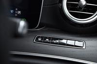 ドライバーの右前方には、先進安全装備のオン/オフスイッチがずらりと並ぶ。