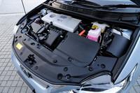 パワートレインは、「トヨタ・プリウス」のハイブリッドシステムと基本的に変わらない。出力とトルクも変わらぬものの、静粛性を高めるべく吸排気系には独自のパーツが与えられている。